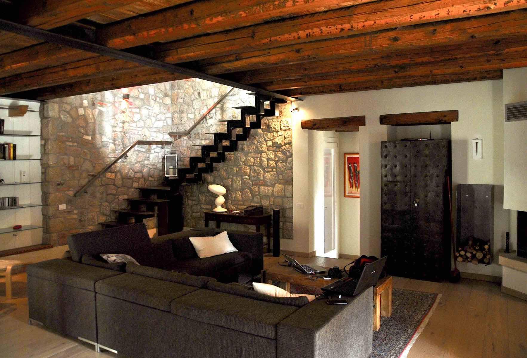 Casa Brogion: la pietra, il legno, il ferro..
