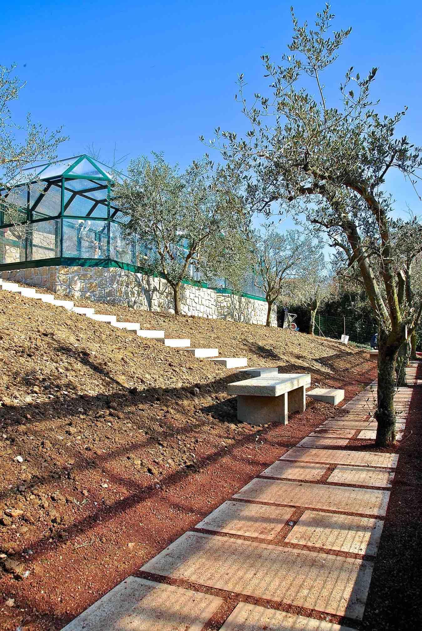 Basamenti e area esterna in pietra per zoo privato